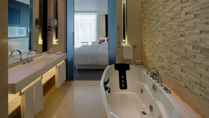 Le-Meridien-Dubai-new-royal-club-guest-room