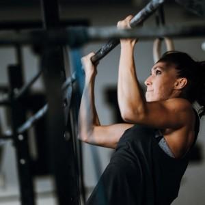 Woman doing pullups at Crossfit Alioth Dubai