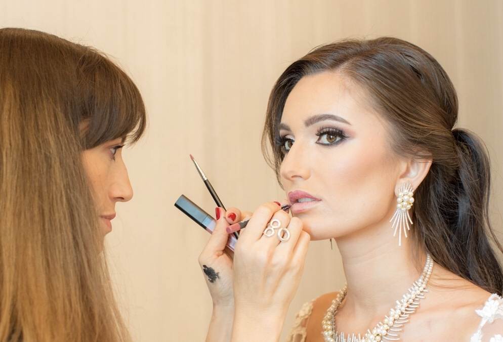 Laure Sejean makeup artist with a client